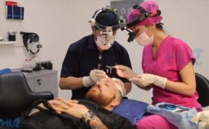 Хірург-трихолог проводить процедуру пересадки волосся на голову пацієнтові
