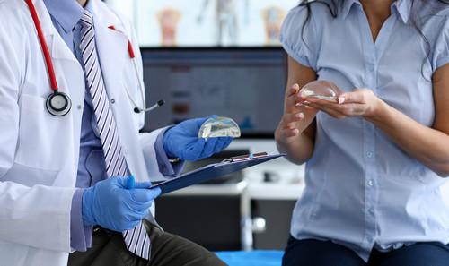 операция по увеличению груди: какие есть риски